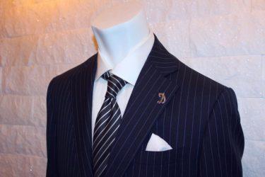 ビジネスで快適さと好印象を両立するロロピアーナ生地オーダースーツ・ネイビー