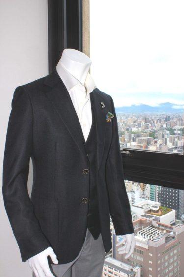 シルクの魅力が全身から伝わるブラック生地のオーダージャケット、ジレ(ベスト)