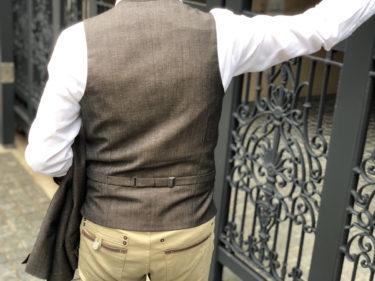 長袖シャツとベストで男の色気漂うスタイルに